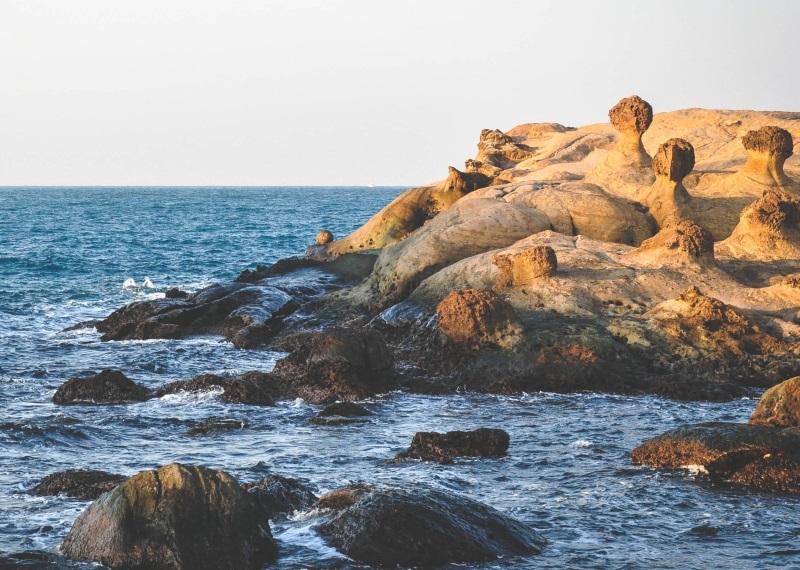 la mer au bord d'une cote rocheuse